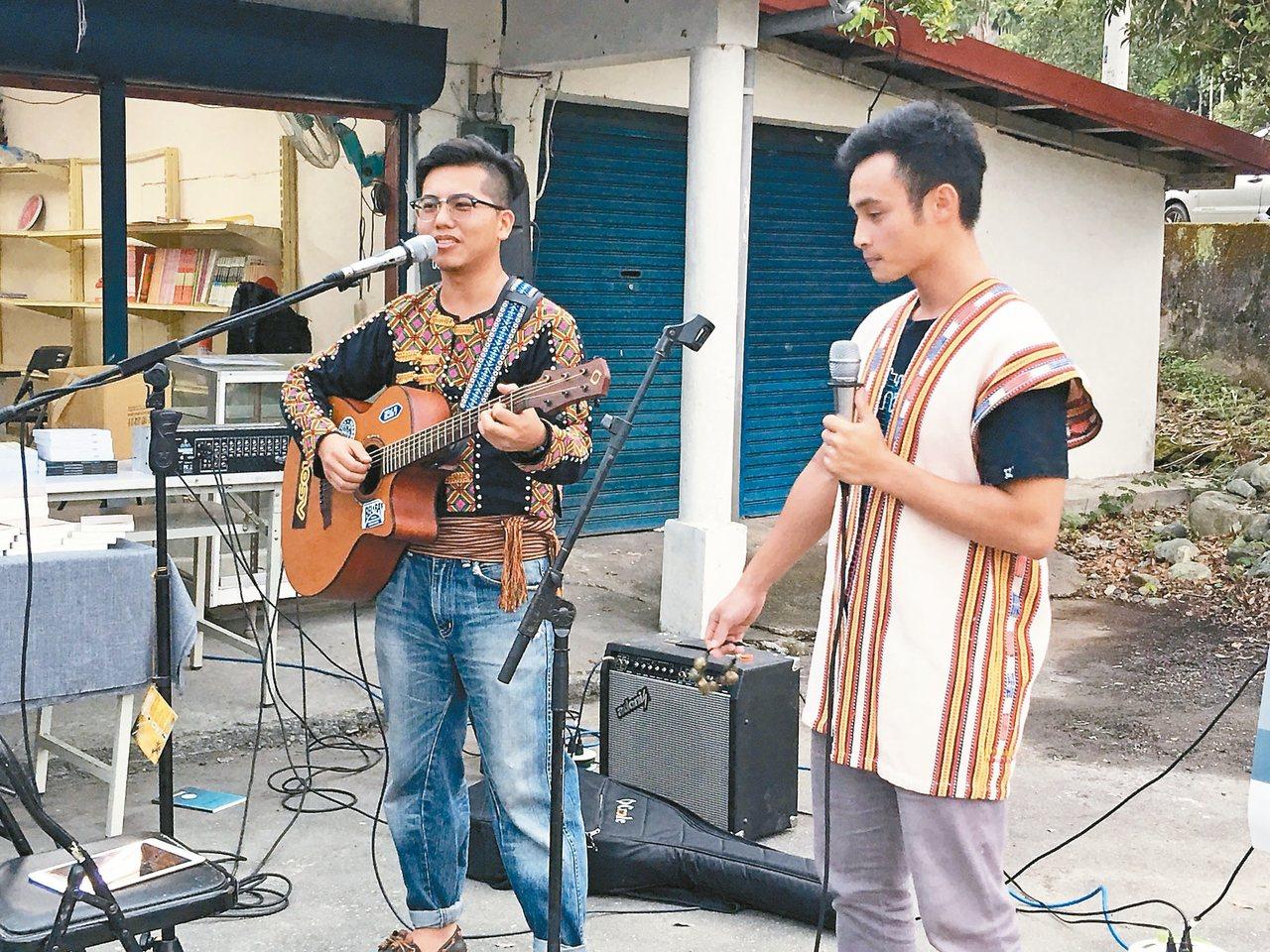 26歲柯彥甫(左)教偏鄉學生吉他、烏克麗麗,讓學生下課後不再四處遊蕩。 記者陳麗...