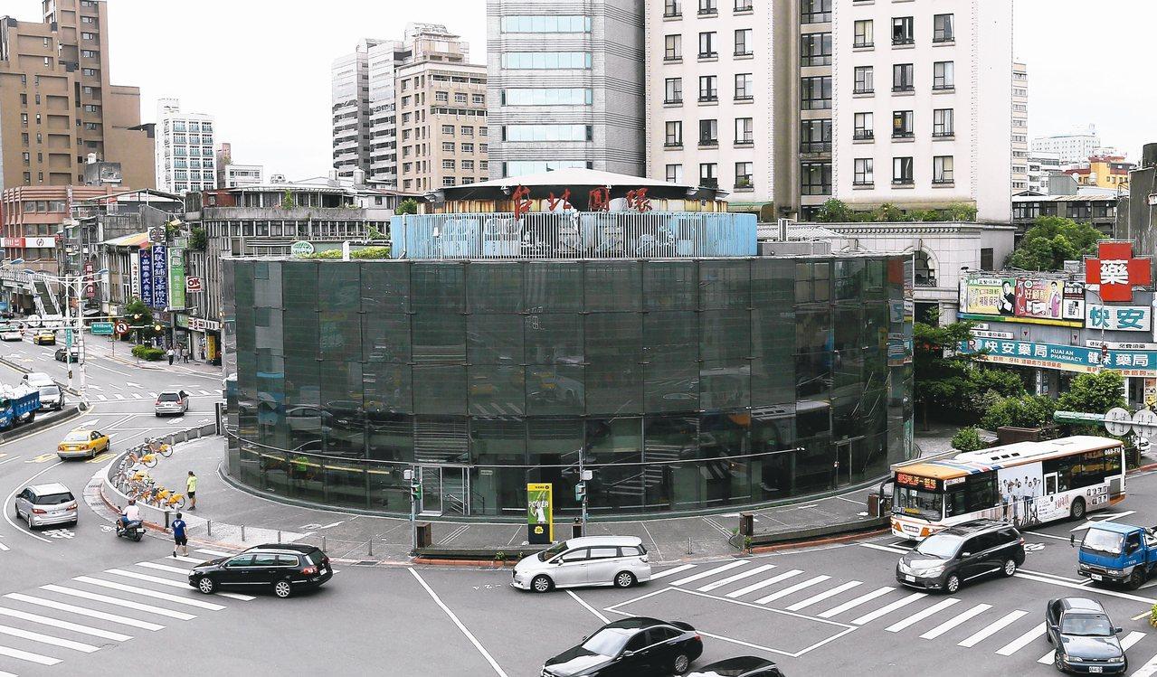 台北市建成圓環預計世大運前拆完,規劃成廣場綠地。 本報資料照片