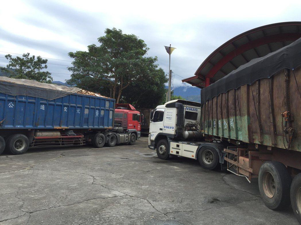 南投縣集集警方在水里鄉中山路查獲這二輛疑似滿載建築廢棄物曳引車,二名司機被依違反...