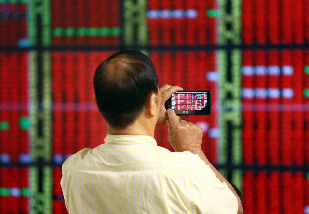 美股及日、韓股市聯袂強彈,看盤的投資人顯得輕鬆愉快。記者杜建重/攝影