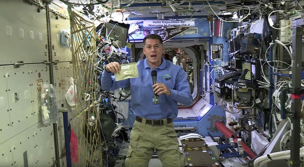 國際太空站指揮官的美國太空總署太空人金布羅,將為六人團隊準備感恩節團圓飯。金布羅...