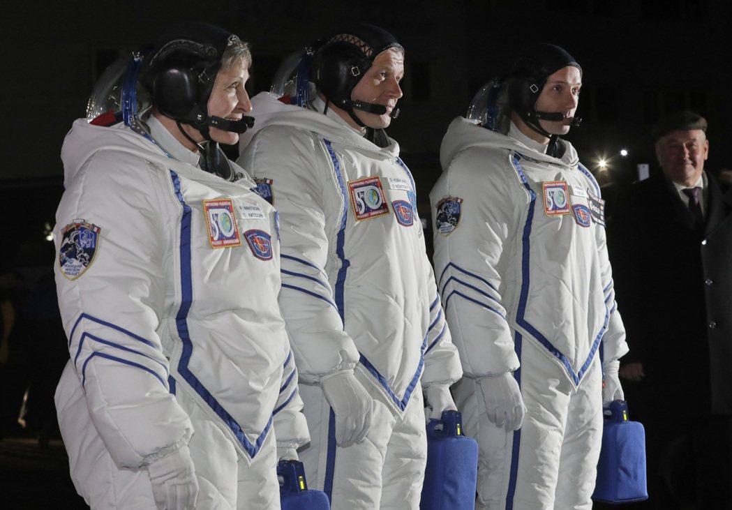 三名太空人17日從哈薩克前往國際太空站之前,穿著笨重的太空裝亮相。(美聯社)TI...