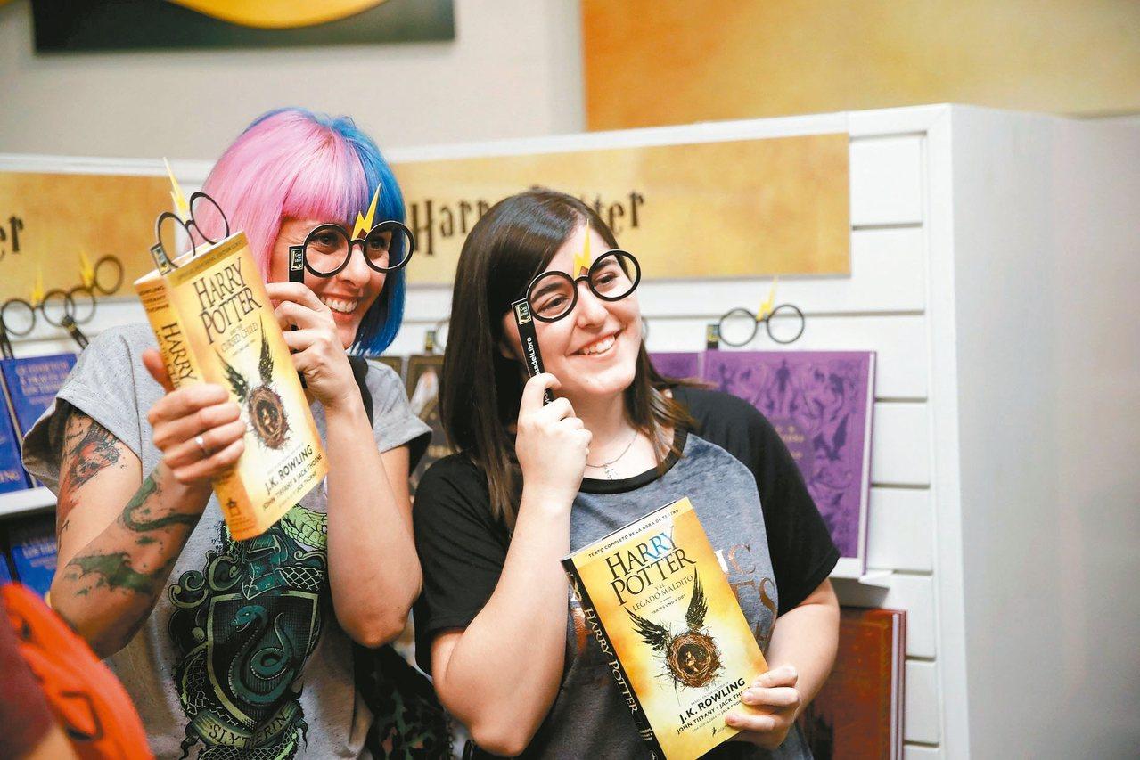讀者與「哈利波特」英文版小說開心合影。 歐新社