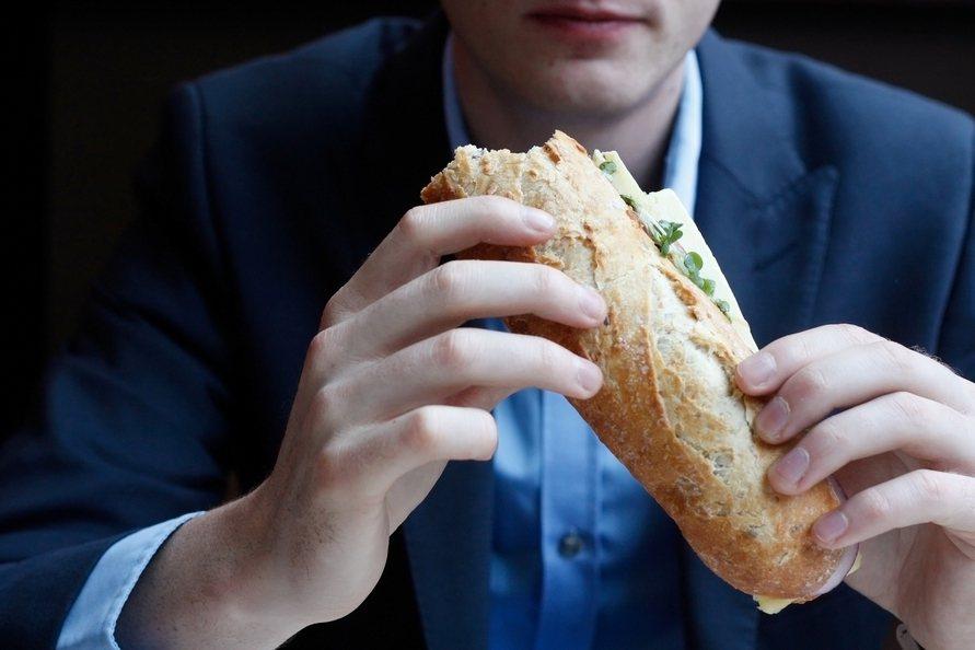 英國科學家最近發明1款app,透過偵測使用者臉部表情判斷心情,還會推薦適當的食物...