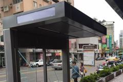 公車亭「造反」? 台中市:擋雨不占路面