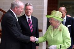 抗英統治 麥金尼斯與英女王歷史一握