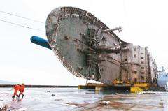 世越號打撈上岸船體 發現疑失蹤者遺骨