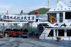 客輪搶龜山島旅遊大餅 賞鯨船掛白布條抗議