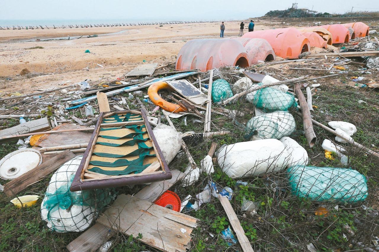 供桌、棺材…轟炸金門沙灘