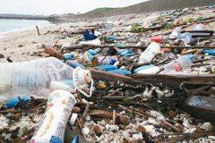 災區多 海灘垃圾清不完