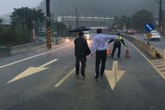 黃國昌勘災不撐傘全身濕透 網友:不當總統可惜了