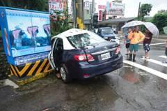 豪大雨開車遇「水漂現象」警方提醒保命關鍵動作