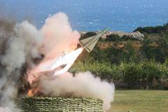 當著總長的面 九鵬基地飛彈測考2枚竟在沙灘上空爆炸