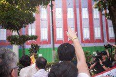 「兼任教師不是免洗筷」 師生聚教部丟粉筆抗議