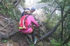 雷電交加仍登山 女遭雷擊腋下灼傷傘被炸爛