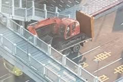 拖板車+怪手 這司機8小時2度撞無辜天橋