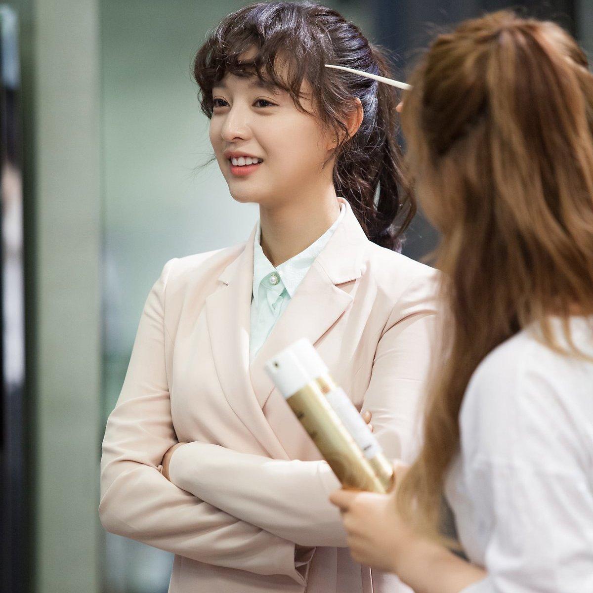韓劇女主角都穿了 金智媛、Krystal把西裝搭得甜美又霸氣 class=