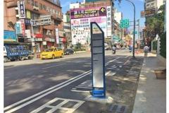 桃園公車站牌設在馬路上 網友諷刺:是要公車撞站牌?