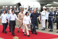 蔡英文視察台南基地模擬演練 接見攔截轟六飛行員