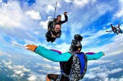 102歲梅伊爾高空跳傘 破金氏紀錄