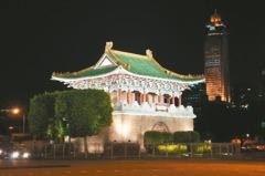 城門點燈迎世大運 台北亮起來