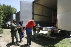 德州又見貨櫃車偷渡 17人險悶死