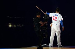 穿上中華隊52號球衣 陳金鋒揮棒點燃聖火