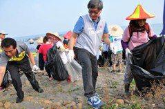 向海洋垃圾宣戰 桃園環保艦隊志工牽手淨灘