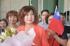 支持者送花聲援「出來領導我們」 基市議長宋瑋莉哭了