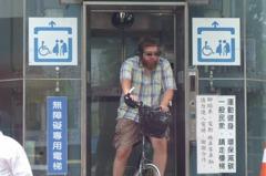 直擊外國人圖方便 腳踏車騎進無障礙電梯