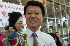 賴揆進台南市議會告別 謝龍介帶秘雕有原因