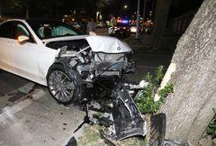 凌晨低頭撿手機 駕駛開賓士撞爛賓利GG了