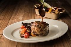 烤肉還沒吃夠!飯店餐廳推出「龍眼原木」燒烤趴