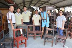 坐到國中生修復的舊課桌椅 小學生開心:好久沒這麼好的