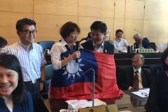 林佳龍被國旗打包 說出「我愛中華民國」