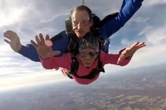 把握當下 美94歲老奶奶跳傘慶生