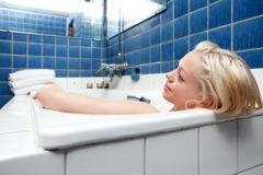 不想跟細菌泡澡 專家教4種浴缸這樣清