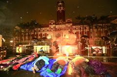 時力淋雨睡總統府前抗議 沒人到案說明遭警函辦