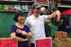 馬英九南下看失業部長 竟在市場叫賣水果