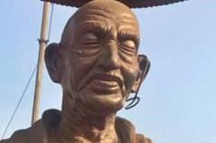 兩蔣不孤單 印度掀銅像戰 甘地被砸到眼鏡都掉了