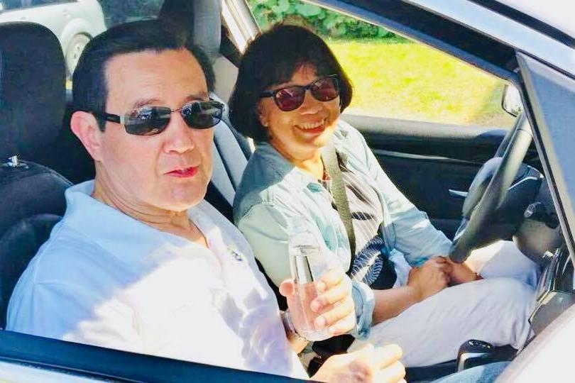 「失業部長」龍應台載馬英九 臉書留下難得共乘照