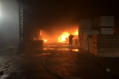 梓官木材工廠大火 延燒近2小時