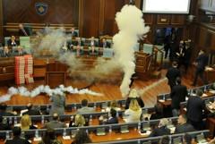 影/不滿國界協議 科索沃議員國會放催淚瓦斯鬧場