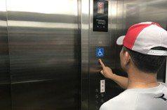 困電梯119安撫「比較悶熱」 民眾誤聽成「不會悶死」