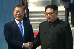 兩韓歷史性峰會 文在寅金正恩握手相見歡