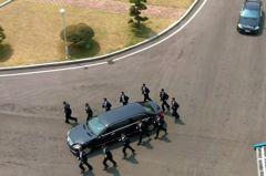 金正恩搭賓士回北韓午餐 隨扈慢跑一路護送