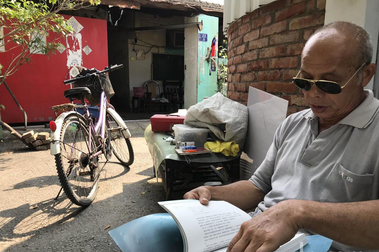 大鵬新村僅存的住戶 巧遇失業部長龍應台