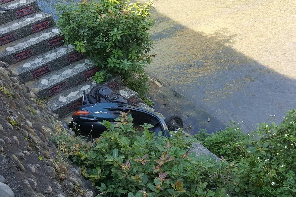 最狂廢棄物! 整台摩托車被丟進台中市綠川