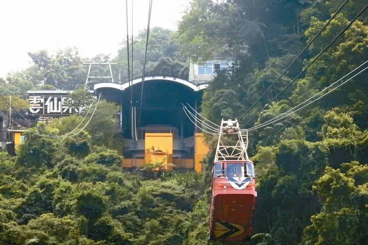 烏來搭纜車、看瀑布 親子消磨下午時光最適合