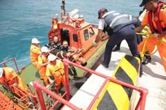 南沙太平島海難操演超逼真 海巡署南援3號展現人道救援